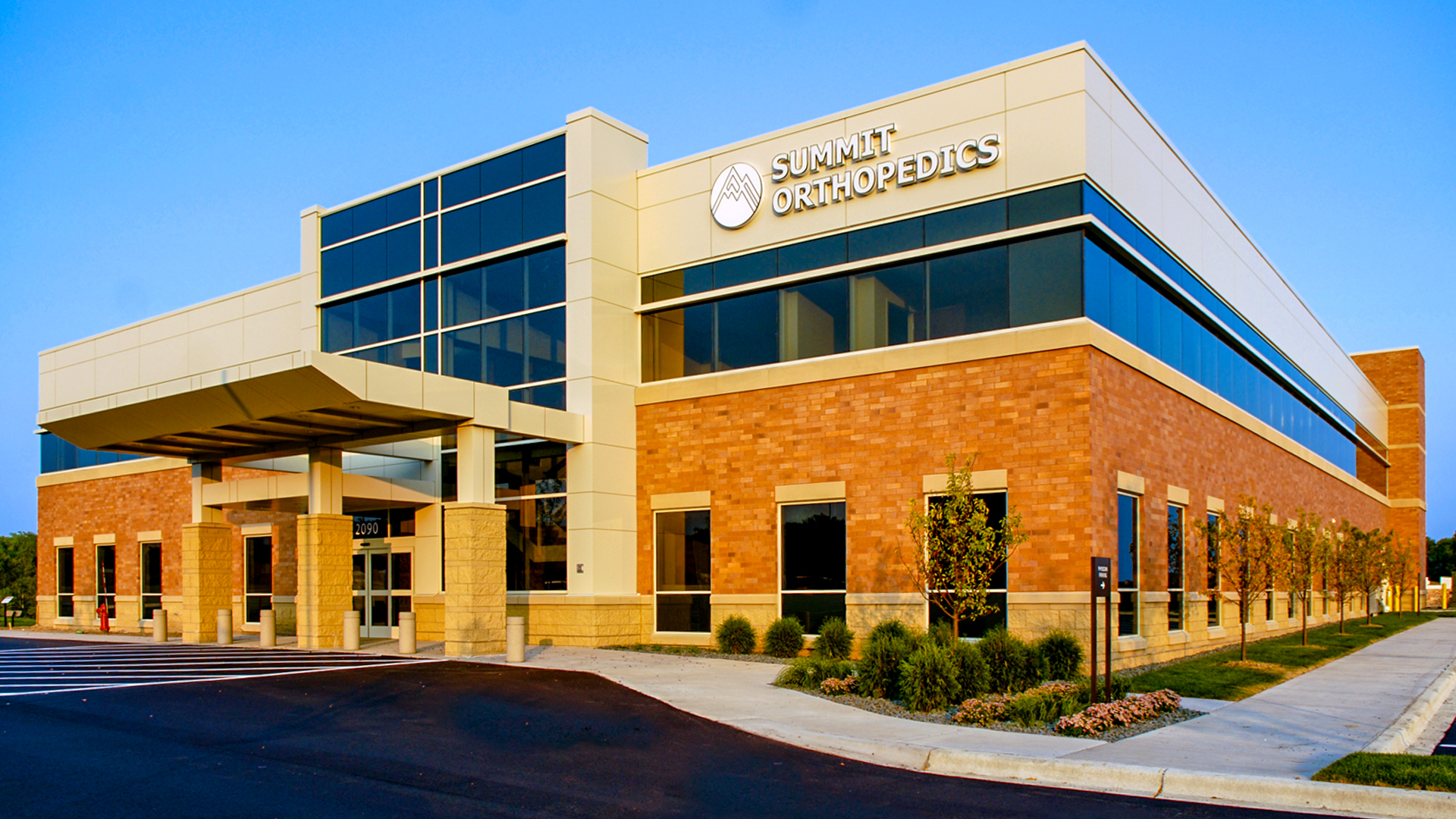 Woodlake Medical Center Woodbury MN Healthcare Summit Orthopedics Front Entrance View