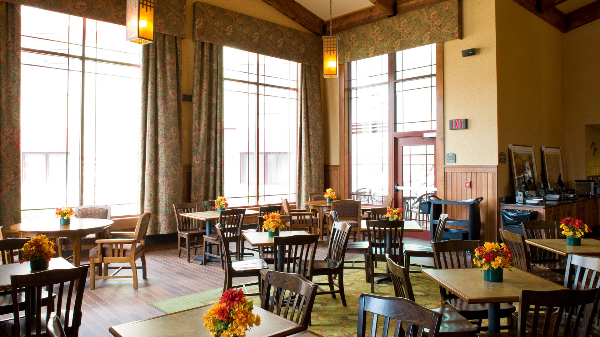 Canal Park Lodge Hotel Duluth Interior Continental Breakfast Seating Area