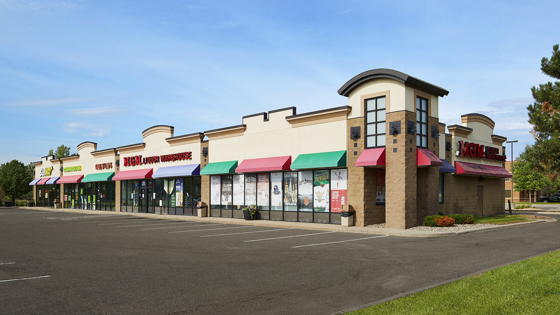Hadley Five Center Oakdale MN retail shopping center full exterior view